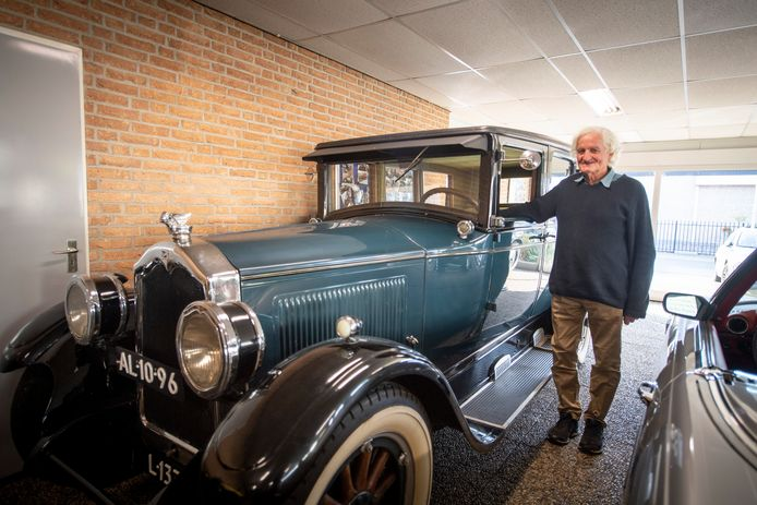 """Hans Compter (80) verzamelt zeer zeldzame auto's. Dit is een Buick Mastersix uit 1928. """"Elke auto die ik heb is op een eigen manier zeldzaam en dus mooi."""""""