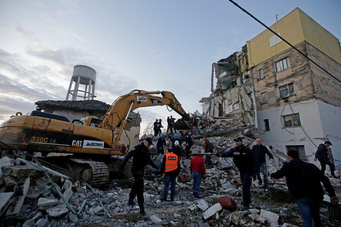 Een gebouw in Thumane nabij Durres is gedeeltelijk ingestort.