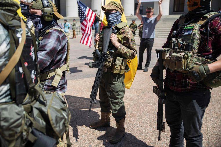 In Columbus, Ohio mengt een militie met aanvalswapens zich onder een betoging tegen de coronamaatregelen.  Beeld AFP