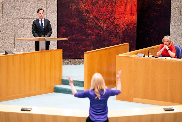 Lilian Marijnissen en Mark Rutte tijdens het debat over de uitgelekte notities van verkenners Annemarie Jorritsma (rechts) en Kajsa Ollongren. Beeld Hollandse Hoogte /  ANP