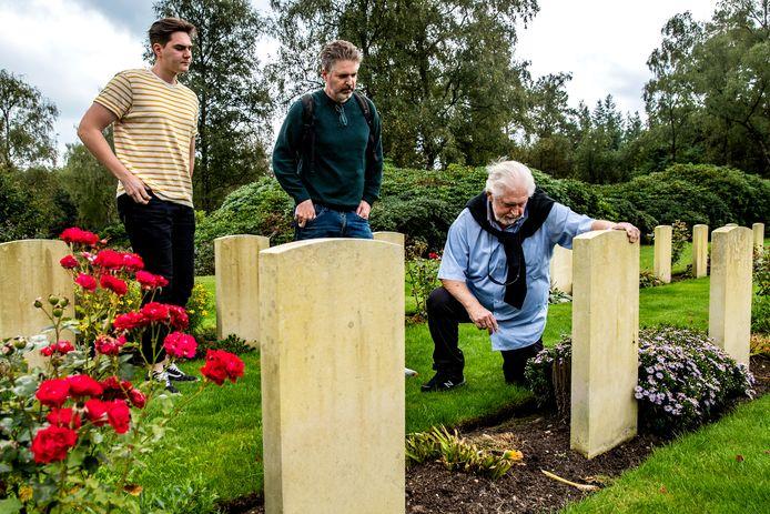 Jay Rawlings uit Israël bezoekt samen met zoon Chris en kleinzoon Noam uit Finland het graf van zijn gesneuvelde Canadese vader.