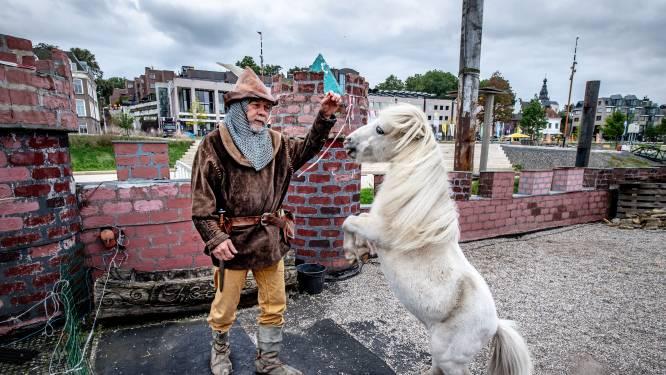 In de Lindenberghaven drijft museumkasteel Vlotburg van ridder Lenny (71): 'Ik leef in een zelfgecreëerde wereld'