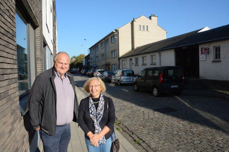 OCMW-voorzitter Dirk Van Esbroeck en Ann Cools, voorzitter huisvestingsmaatschappij in de Hazaarddam waar zowel het parochiehuis als de huidige huurappartementen onder de sloophamer verdwijnen.