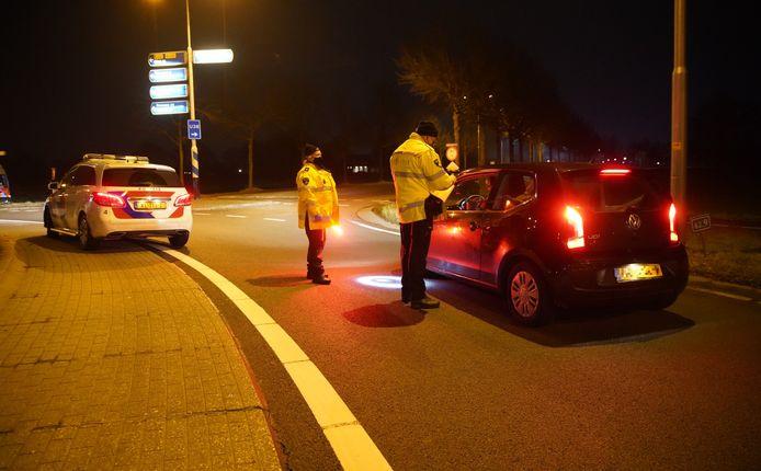 Team Verkeer van de regio IJsselland staat al het verkeer te controleren net buiten Raalte.
