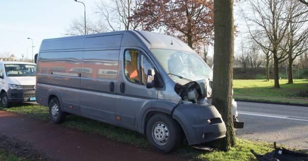 Zwaargewonde bij frontale botsing tegen boom met busje in Kaatsheuvel.
