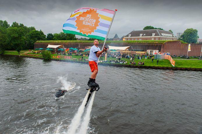 Officiële start van de Bossche Zomer met een fly Boarder met in zijn hand de vlag van de Bossche Zomer.