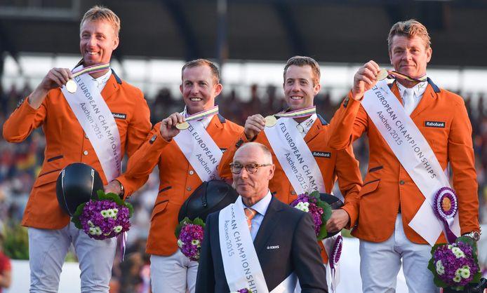 Jur Vrieling, Gerco Schröder, Maikel van der Vleuten, Jeroen Dubbeldam en bondscoach Rob Ehrens na het winnen van de gouden plak op de EK in Aachen in 2015.