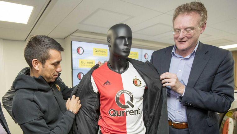 Trainer Van Bronckhorst en directeur Richard Klatten van hoofdsponsor Qurrent Beeld anp