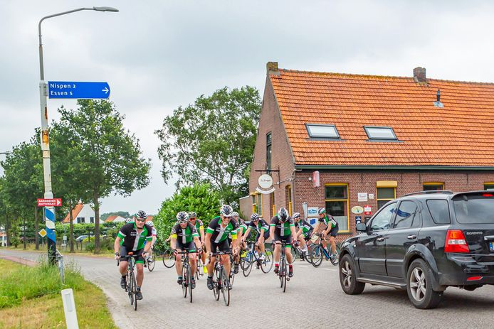 Dit beeld is voorlopig niet meer aan de orde: toerclub De Molenrijders uit Wouw die in groepsverband door West-Brabant fietst. Zolang er corona heerst, wordt iedereen met klem aangeraden in zijn eentje te trainen.