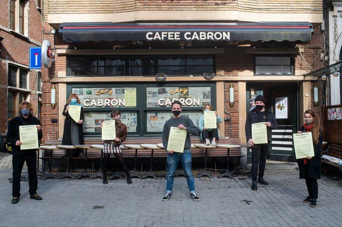 De actievoerders met in het midden Rob Uyttersprot (23) van Cafee Cabron.