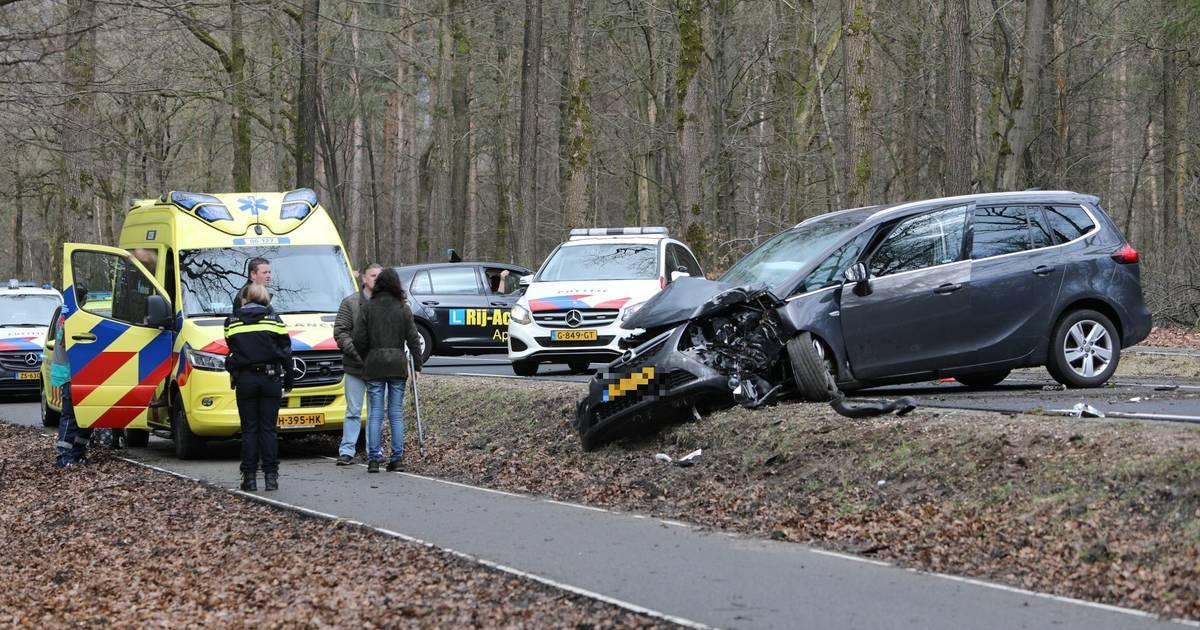 Meerdere gewonden na botsing met boom in Hoenderloo.