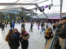 Winterpark in Schijndel: kinderen staan op het ijs, de ouders zitten in het café