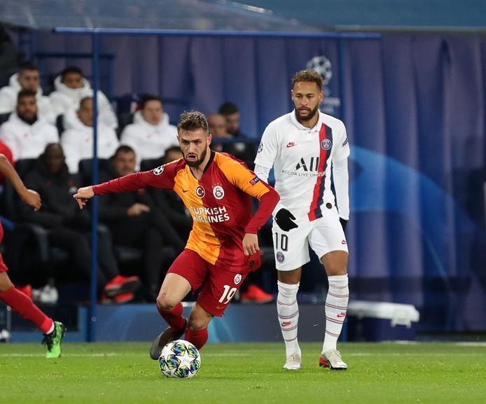 Ömer Bayram met een dribbel in de Champions League, tegen PSG. Neymar kijkt toe.