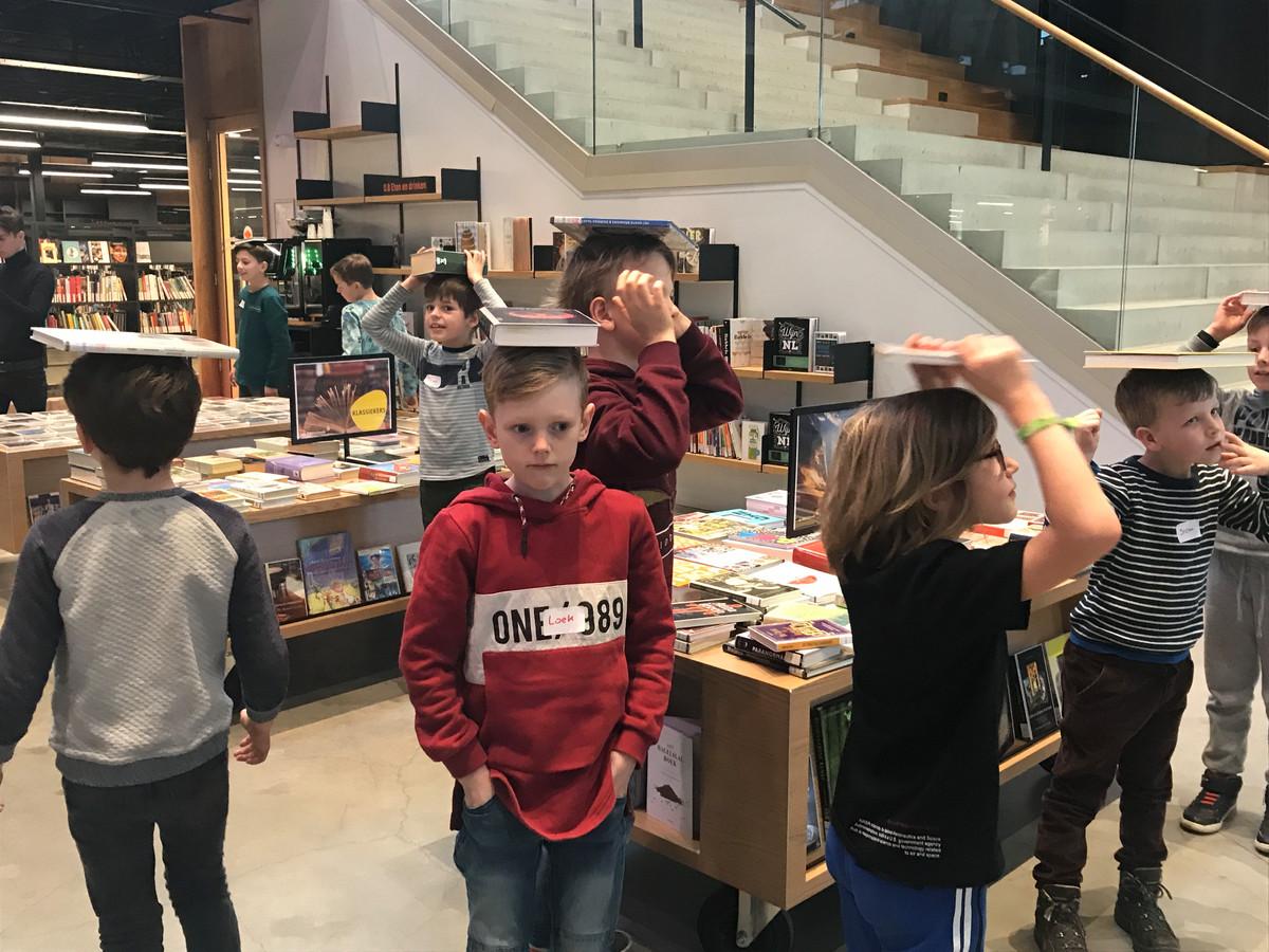 Leerlingen van de Ruimtevaartschool in de LocHal leren hoe ze een goede astronaut moeten worden. Balans is daarbij erg belangrijk.
