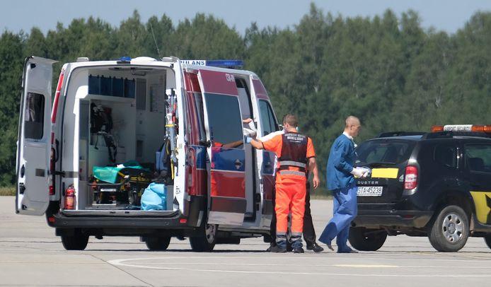 Fabio Jakobsen op weg naar het vliegtuig in Pyrzowice, dat hem naar Nederland vervoert.