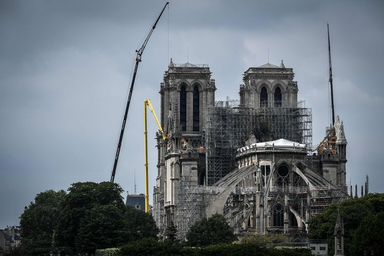 Momenteel zouden de muren van de kathedraal slechts bestand zijn tegen windsnelheden tot 90 km per uur, voor de brand konden ze windstoten tot 220 km per uur weerstaan. Beeld AFP