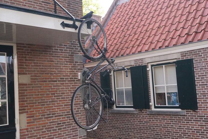 In het centrum van Bunschoten zijn op meerdere plekken fietsen opgehangen.