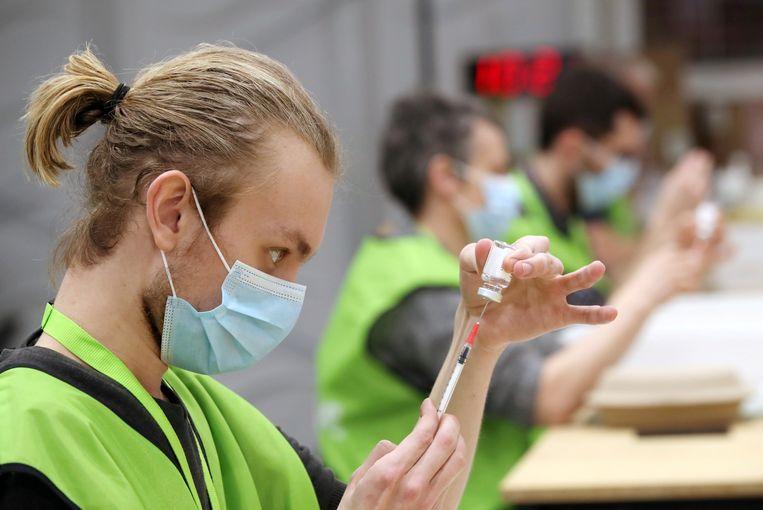 Een vaccinatiecentrum in Antwerpen. Beeld REUTERS