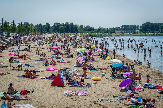 De blauwe vlag is een internationaal keurmerk waarmee duidelijk wordt gemaakt dat het stranden en jachthavens schoon en veilig zijn