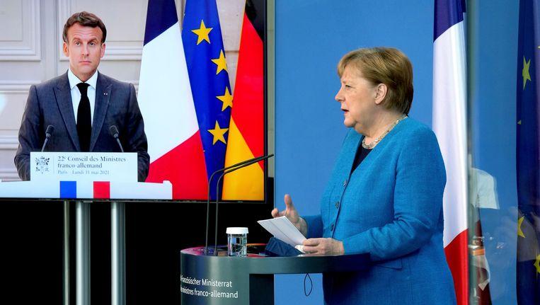 Angela Merkel en Emmanuel Macron vanmiddag hun gezamenlijke top in Berlijn. Beeld Michael Sohn/POOL AP/dpa