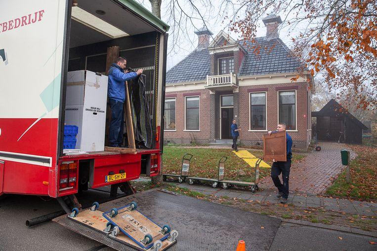 De familie Jansen verhuist van de door bevingen beschadigde woning in Zeerijp naar een leegstaande boerderij aan de rand van het dorp.  Beeld  Harry Cock/de Volkskrant
