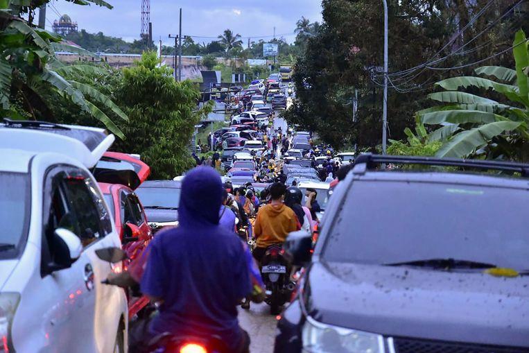 Inwoners proberen de stad Mamuju te verlaten na de zware aardbeving Beeld AFP