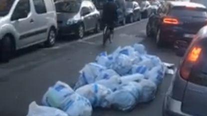 VIDEO. Brusselaars zijn vuilnisstaking kotsbeu en gooien hun afval op straat