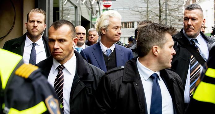 Geert Wilders gaat op de markt van Heerlen op de foto met een voorbijganger.