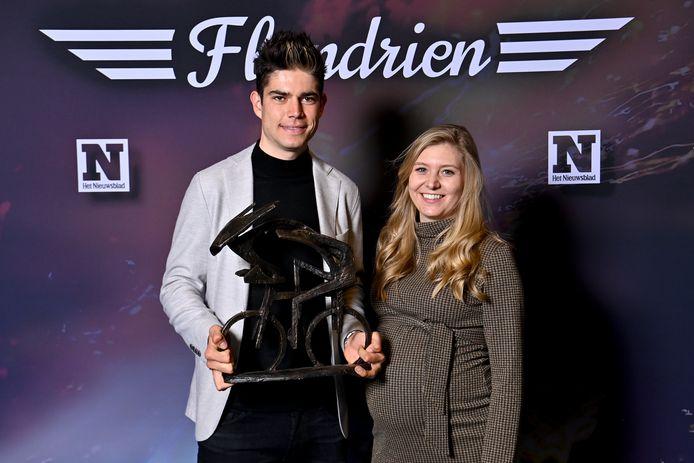 Wout van Aert en zijn zwangere vrouw Sarah De Bie poseren met de Flandrientrofee