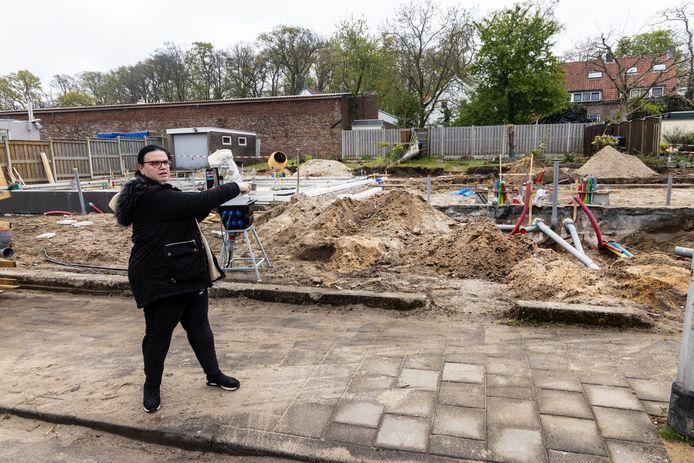 Sandra Bielsma wijst de plek aan waar haar nieuwe woning wordt gebouwd.