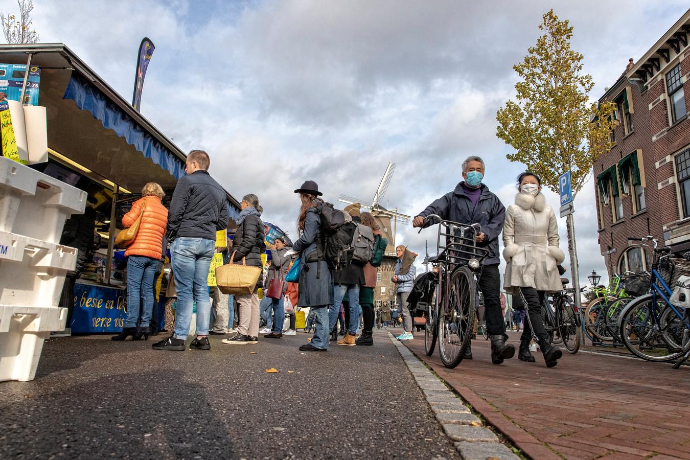 Bij veel kramen op de markt in Leiden houden mensen afstand in de rij.