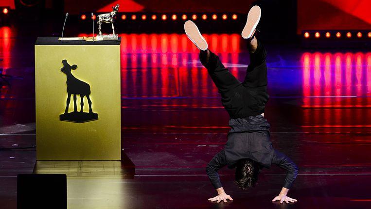 Regisseur Morgan Knibbe verkoos een handstand boven een speech toen hij vorige week een Gouden Kalf won Beeld ANP