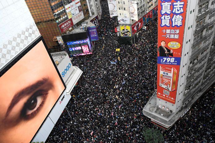 Mensen wonen een mensenrechtenmars bij in Hongkong. Archiefbeeld.