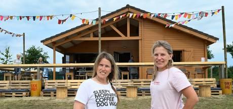 Zussen Yvonne en Peggy runnen het strandpaviljoen van Mill: 'Spannend, een beetje eng misschien wel'
