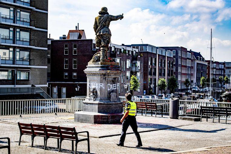 Over de hele wereld worden standbeelden van omstreden personen omvergetrokken en beklad uit protest tegen racisme, zo ook het standbeeld van Piet Hein in Rotterdam-Delfshaven.  Beeld ANP