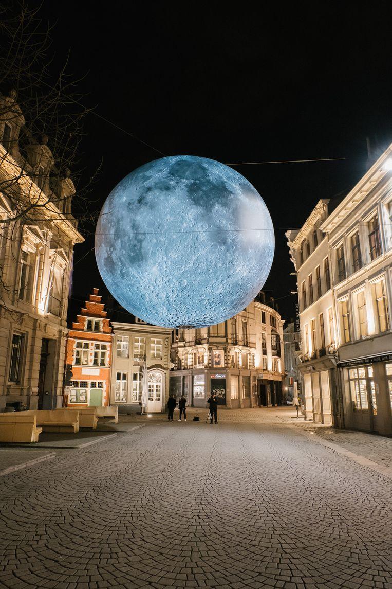 Het lichtkunstwerk Museum of the Moon, aan de Kalandeberg in Gent. Beeld Wouter Van Vooren