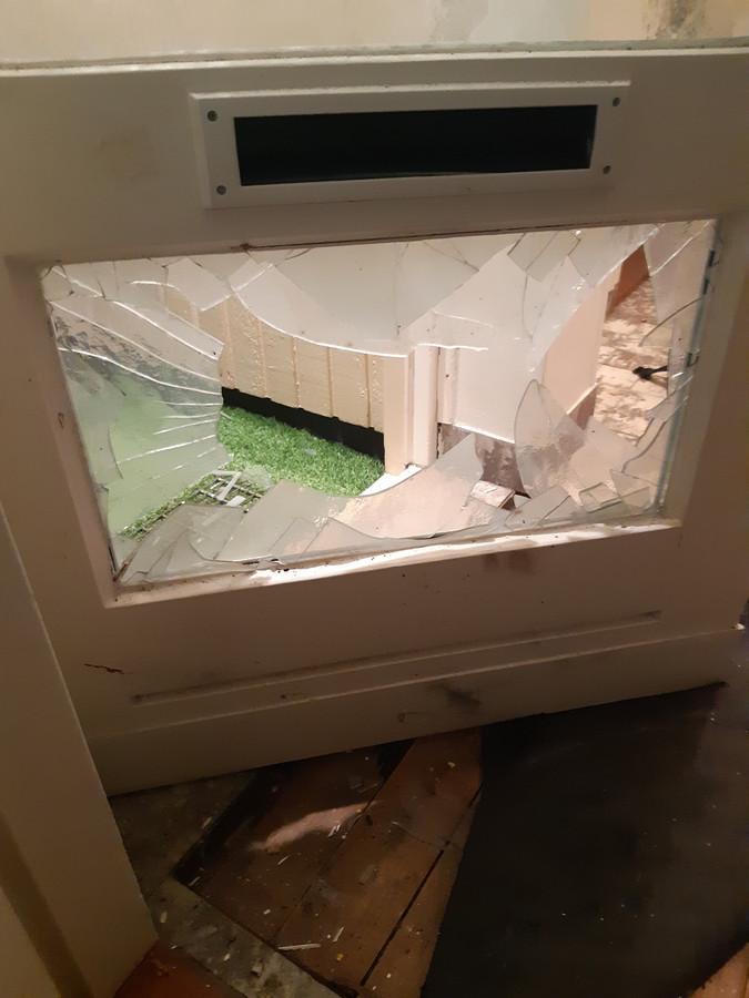 Er zijn onder andere ruiten gesneuveld in de woning.
