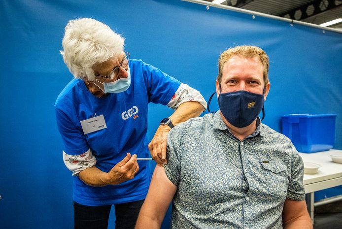 Arco Strop wordt ingeënt door zijn moeder Hermine. De 250.000ste vaccinatie werd gezet in de sporthal van DeetosSnel in Dordrecht.