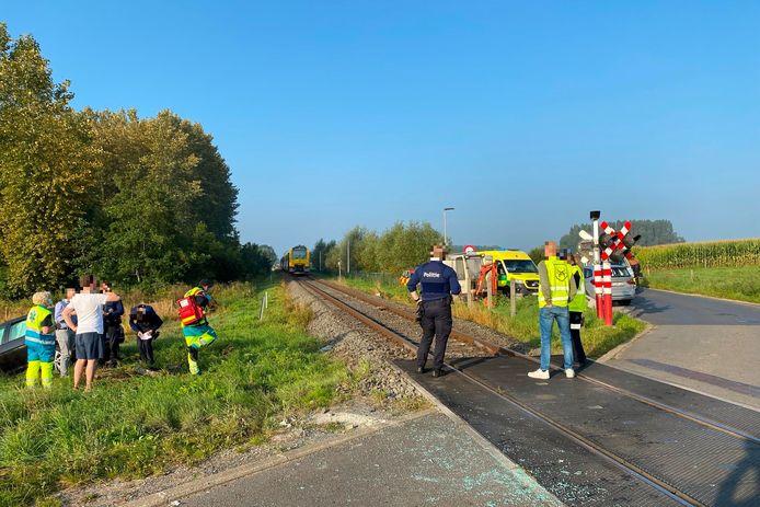 Het ongeval gebeurde op overweg van spoorlijn L82 in de Beekstraat in Mere.