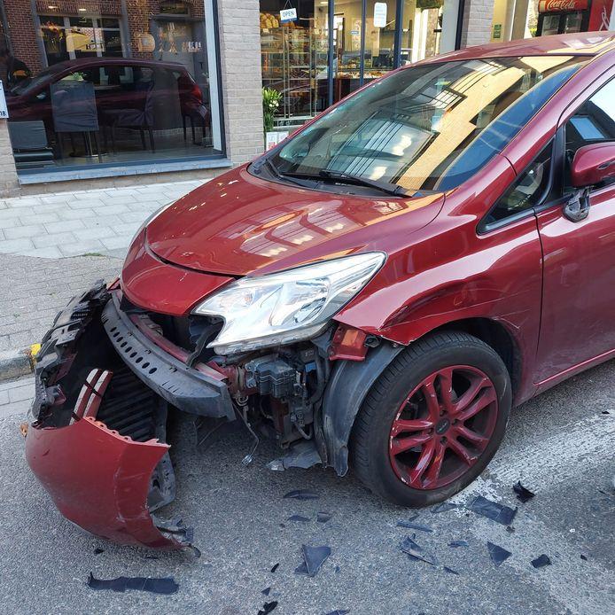 De auto raakte bij de aanrijding zwaar beschadigd.