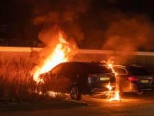 Vijf auto's in één straat in vlammen op in Woerden: politie zoekt getuigen en camerabeelden