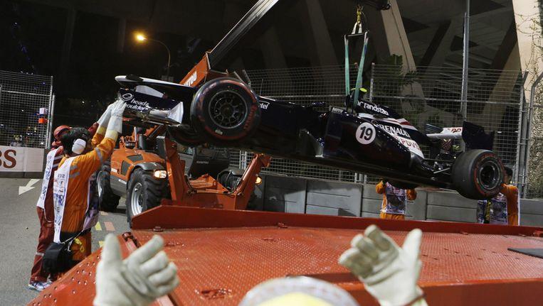 De bolide van Bruno Senna wordt weggetakeld. Beeld ap