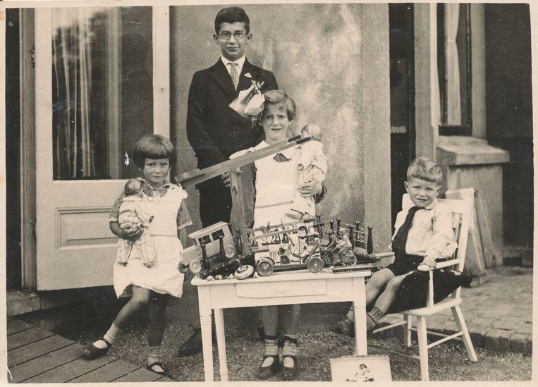 Heleen met  haar halfbroer Wilhelm (boven), zus Annie (links) en broer Thom (rechts). Beeld -