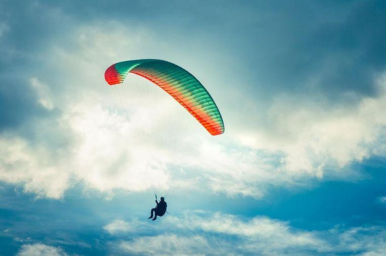 Hij springt uit een vliegmachien / Alleen maar om jou te zien / Om jou te behagen / Zou hij alles wagen. Beeld Thinkstock