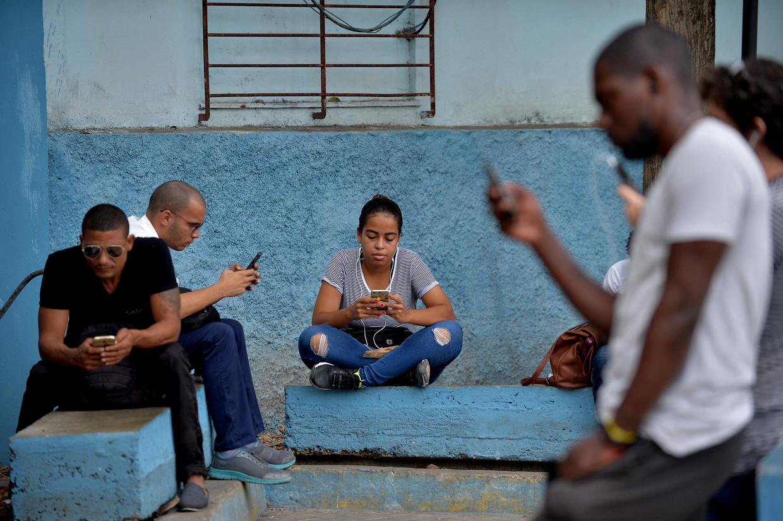 Sinds 2018 is in Cuba 3G beschikbaar voor mobiele telefoons. Alleen, zo bleek deze zomer: de regering kan dat uitzetten.   Beeld Hollandse Hoogte / AFP