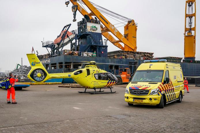 Hulpdiensten, waaronder een traumahelikopter, bij het bedrijf in de haven van Moerdijk.