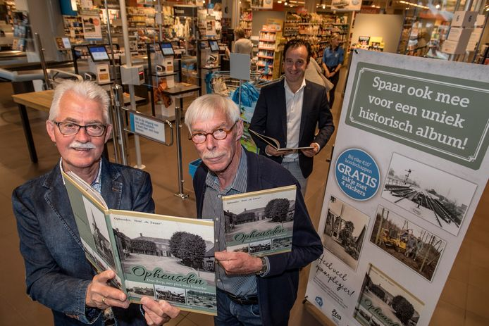 Gerrit Torn-Broers (links) en Kobus van Ingen zijn blij met het historische plaatjesboek over Opheusden.
