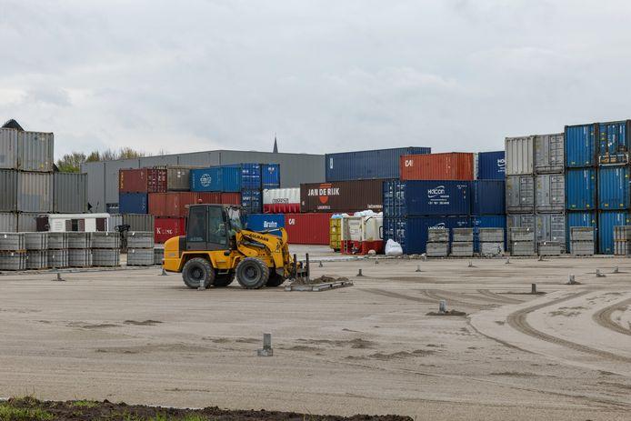 Het terrein van KOV transport in Oud Gastel wordt bestraat. Daarom zijn de containers nu hoog opgestapeld.