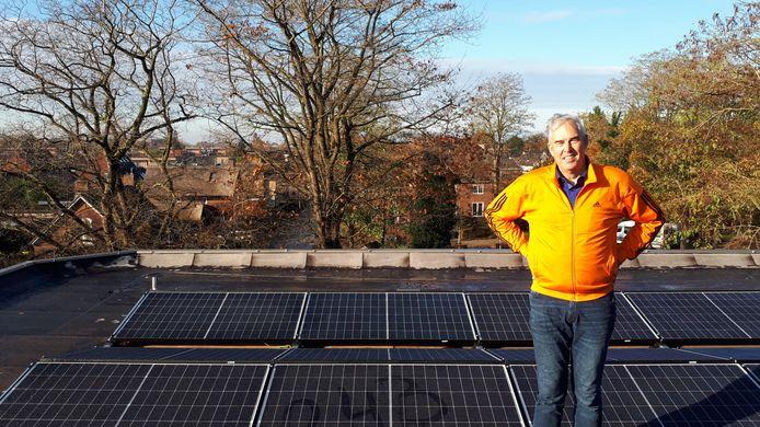Wethouder Harry Bakker bij de zonnepanelen op het dak van het gemeentehuis in Made.