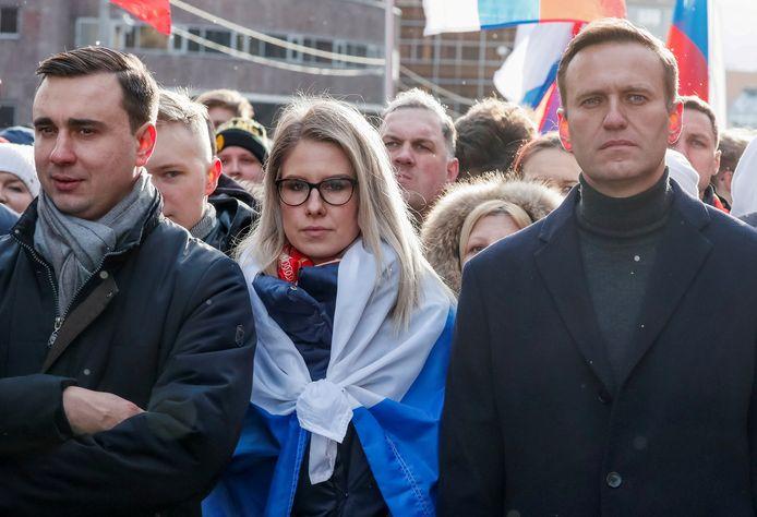 Aleksej Navalny in februari 2020 met Ivan Jdanov tijdens een protestmars in Moskou. Ook in beeld is de 33-jarige advocate Ljoebov Sobol. Zij werd zopas nog veroordeeld tot een ingeperkte bewegingsvrijheid.